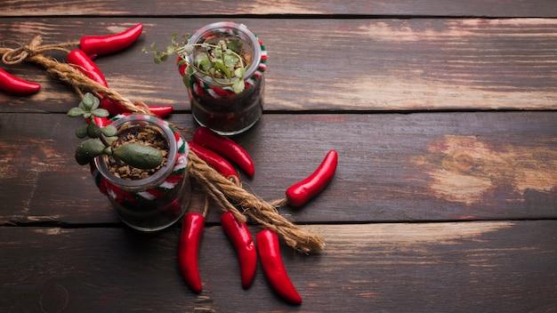 Piment ornemental parmi les plantes des pots de fleurs
