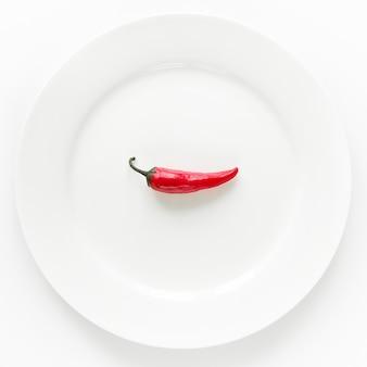 Piment rouge sur une assiette blanche.