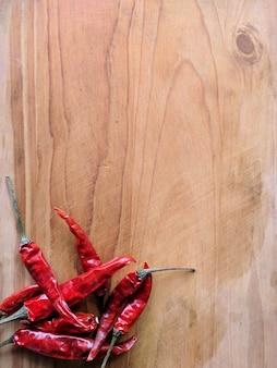 Piment rouge sur bois