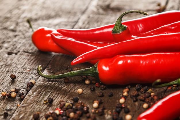 Piment rouge et différents types de grains