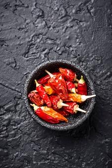 Piment rouge sur fond noir