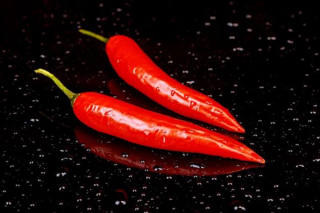 Piment rouge sur un fond sombre