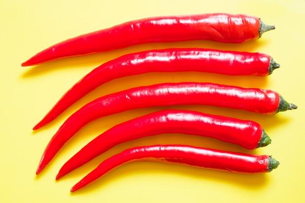 Piment rouge frais sur fond jaune.