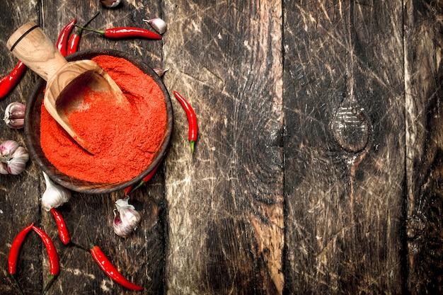 Piment rouge moulu dans un bol avec de l'ail.