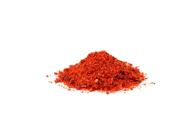 Piment rouge moulu isolé sur fond blanc