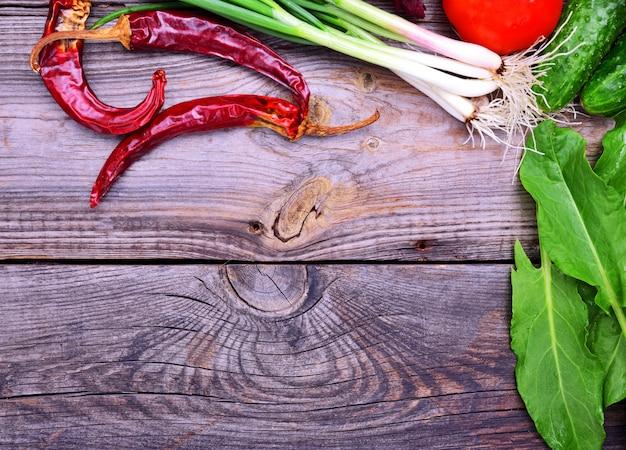 Piment rouge, oignons verts et autres légumes