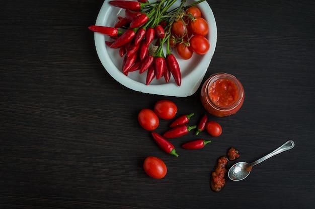 Piment rouge et piment d'adjika frais