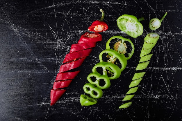 Piment rouge et poivron vert sur fond noir