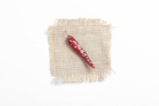 Piment rouge séché sur une surface blanche