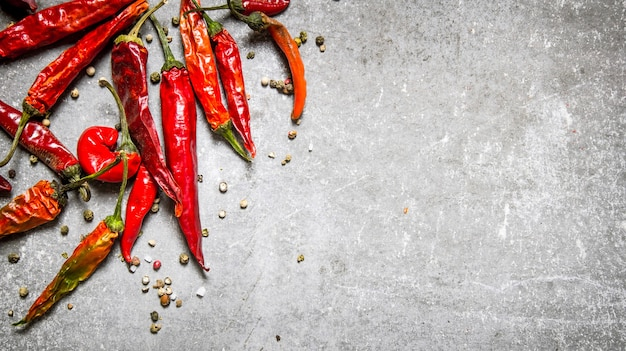 Piment rouge séché sur table en béton. vue de dessus