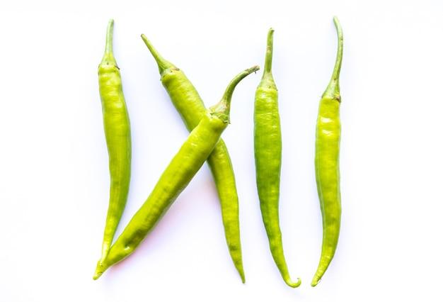 Piment vert sur blanc