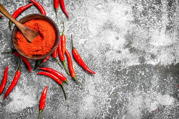 Piments chili moulus dans un bol.