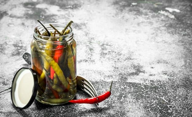 Piments forts marinés dans un bocal en verre.