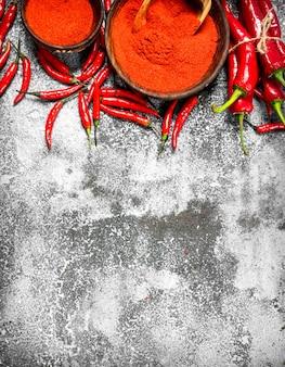 Piments rouges au sol dans un bol sur un fond rustique