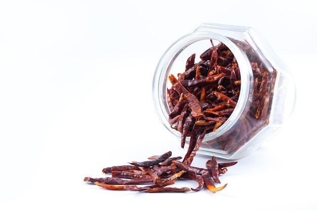Piments rouges chauds séchés dans un bocal en verre, ingrédient alimentaire asiatique
