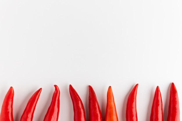 Piments rouges avec un espace blanc et vide