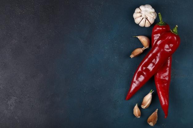 Piments rouges avec des gants à l'ail.