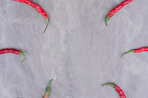 Piments Rouges Isolés Sur Une Surface En Marbre Photo gratuit