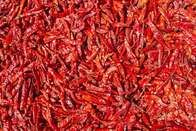 Piments rouges séchés avec de la capsaïcine, méthode de séchage naturel au soleil en plein air.