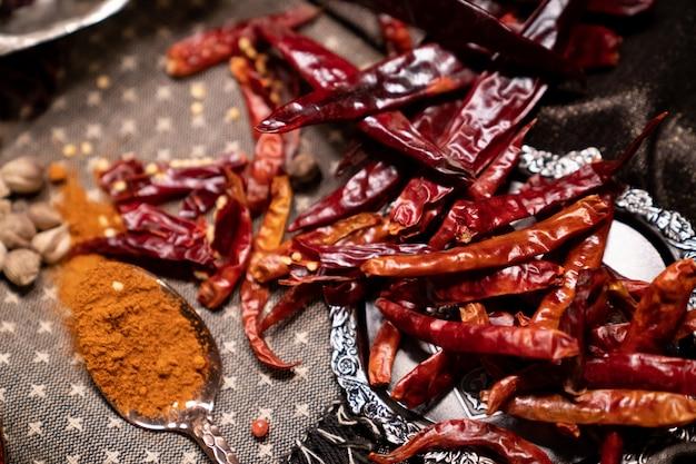 Piments rouges secs et poudre de piment séchée sur une cuillère.