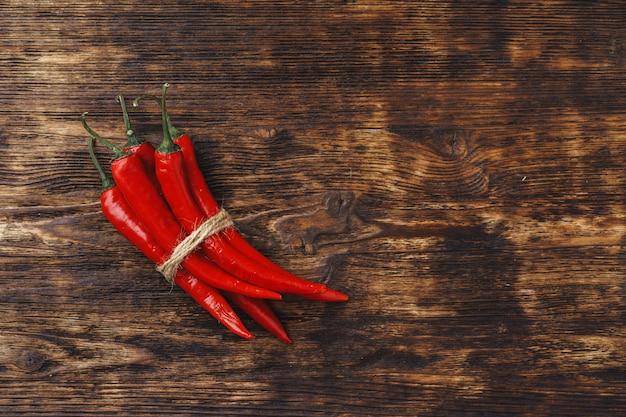 Piments rouges sur table en bois foncé