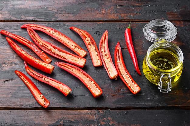 Piments rouges tranchés pour faire de l'huile d'olive épicée