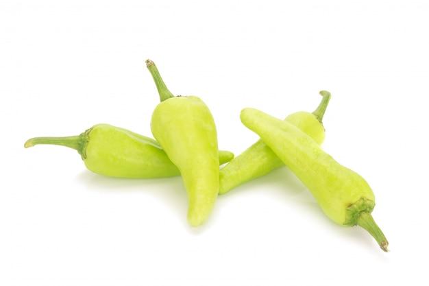 Piments verts isolés sur fond blanc
