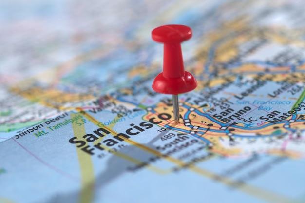 Pin dans une carte de voyage