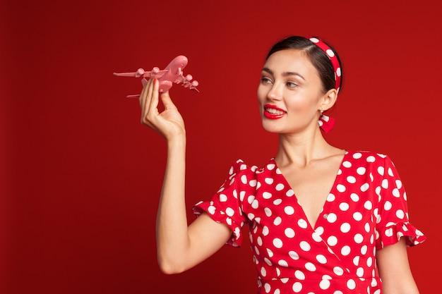 Pin-up de belle fille et avion