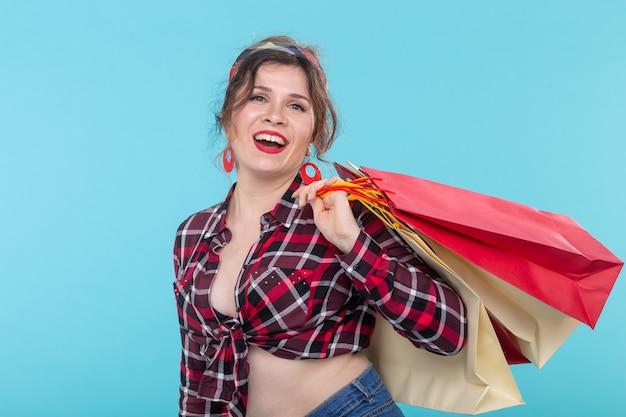 Pin-up, concept de mode - femme avec des sacs à provisions