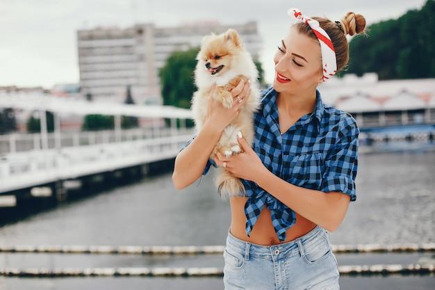 Pin up élégante avec le petit chien