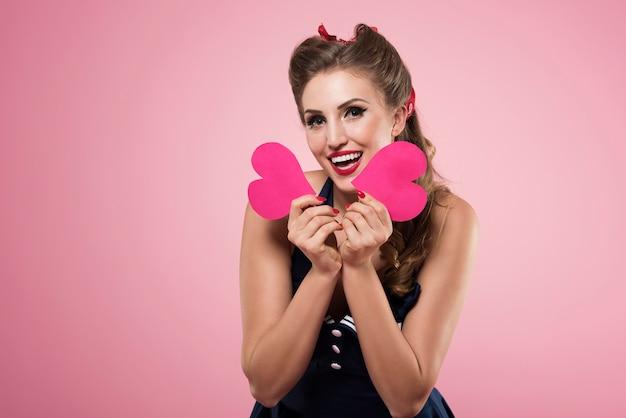 Pin up femme avec des formes de coeur isolés