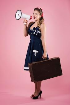 Pin up femme avec mégaphone isolé