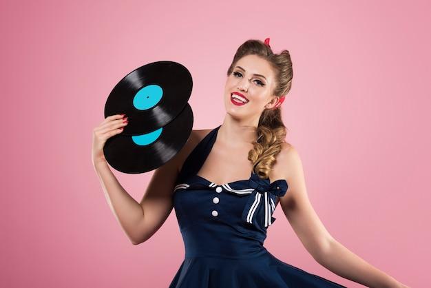 Pin up femme avec des vinyles vintage isolés