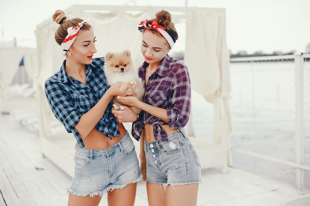 Pin up stylé filles avec le petit chien