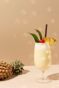 Pina colada avec ananas et cerise sur le dessus