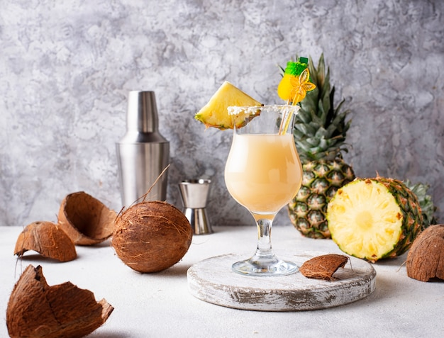 Pina colada. cocktail traditionnel des caraïbes