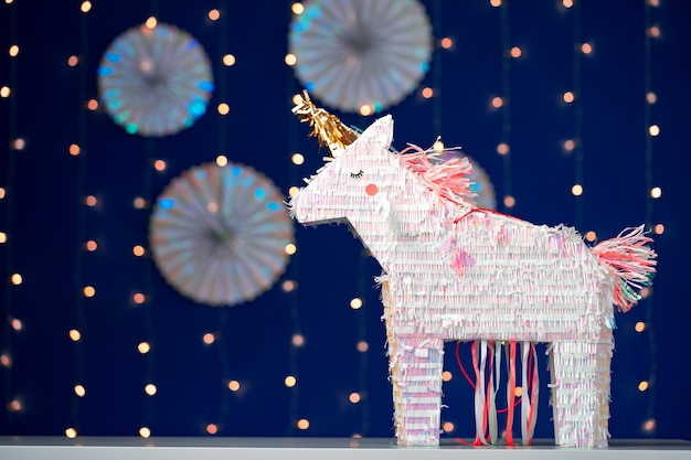 Pinata de fête de licorne sur fond bleu bokeh bouchent
