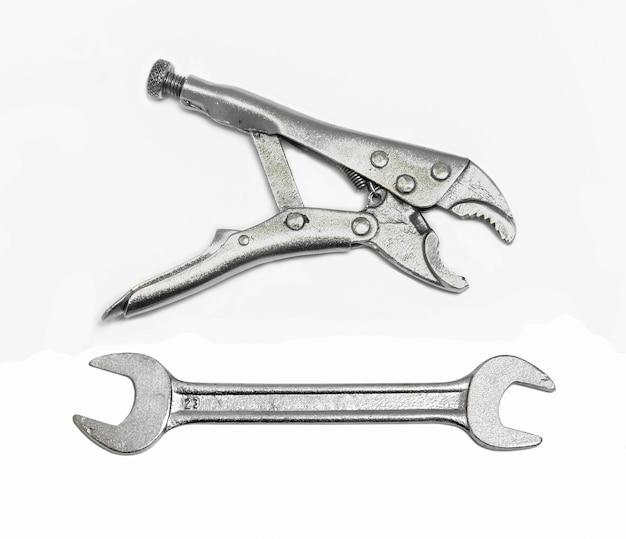 Pince en acier et clé pour fixer et utile sur fond blanc