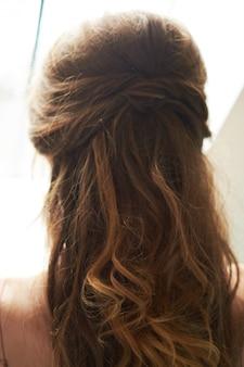 Pince à cheveux sur les cheveux de la mariée
