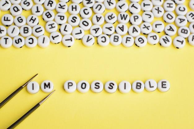 La pince à épiler supprime les lettres i et m du mot impossible et rend le mot possible