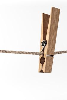 Pince à linge en bois sur corde