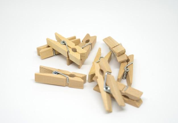 Pince à linge en bois ou une pince à linge sur fond blanc.