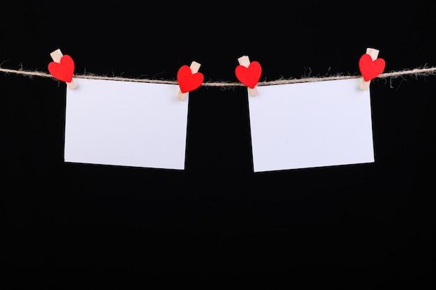 Pince à linge coeurs rouges sur corde