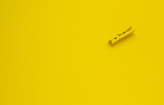 Pince à linge sur fond jaune, espace pour le texte