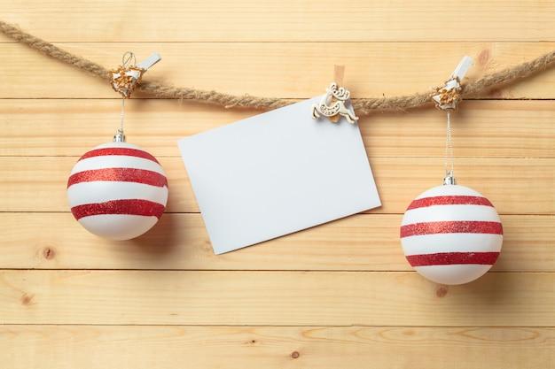 Pince à linge suspendu avec du papier blanc sur bois