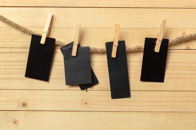 Pince à linge suspendu avec du papier blanc sur fond en bois