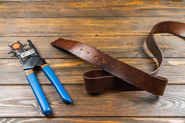 Pince de perforation à oeillet rotative à grande puissance avec assistance de frappe de trou de ceinture