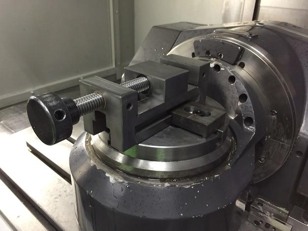 Pince de travail dans une machine à 5 axes cnc gros plan sur une machine industrielle