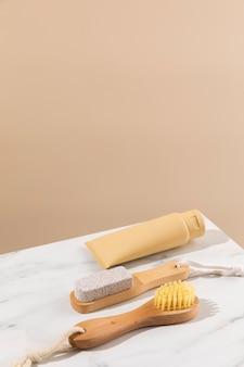 Pinceau à angle élevé et récipient à crème